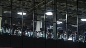 El vídeo del lapso de tiempo se resuelve en el club de fitness moderno metrajes