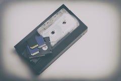 El vídeo es grande y pequeño Tarjeta de memoria para registrar el vídeo El concepto de tecnología de almacenamiento video perfect fotos de archivo