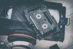 El vídeo es grande y pequeño Tarjeta de memoria para registrar el vídeo El concepto de tecnología de almacenamiento video perfect foto de archivo libre de regalías