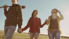 El vídeo feliz de la cámara lenta de la familia que camina en muchacha del muchacho de naturaleza y la mamá en un campo en el sen almacen de metraje de vídeo