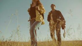El vídeo feliz de la cámara lenta de la familia que camina en muchacha del muchacho de naturaleza y la mamá en una forma de vida  metrajes