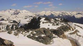 El vídeo inmóvil de la Columbia Británica de la marmota encima de las toneladas de desatención de la montaña de nieve capsuló las metrajes