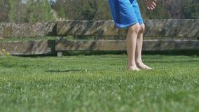 El vídeo muestra a un muchacho joven que golpea un barfoot del soccerball con el pie