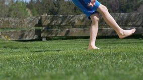 El v?deo muestra a un muchacho joven que golpea un barfoot del soccerball con el pie