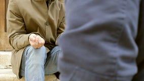 El vagabundo que pide caridad consigue una moneda, pide más metrajes