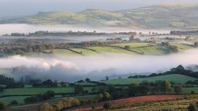 El valle brumoso en el Brecon occidental baliza el parque nacional metrajes