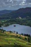 El valle con el pueblo del St. Fillans y el lago ganan Imagenes de archivo