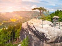 El valle de Jizera del aboce del punto de vista en paisaje de la piedra arenisca del paraíso bohemio, Besedice oscila, República  Imagen de archivo libre de regalías