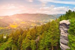 El valle de Jizera del aboce del punto de vista en paisaje de la piedra arenisca del paraíso bohemio, Besedice oscila, República  Fotos de archivo