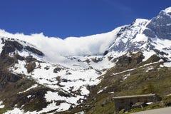 El valle de la montaña de la niebla y de la nube ajardina el parque nacional de Gran Paradiso Foto de archivo
