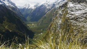 El valle de la montaña rodeado por la nieve capsuló picos almacen de metraje de vídeo