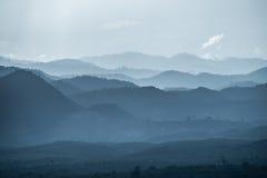 El valle de las montañas en la niebla Fotos de archivo