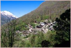 El valle de Malvaglia, en el pueblo de Serrvalle, valle de Blenio - Suiza fotos de archivo libres de regalías