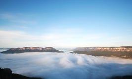 El valle de Megalong con niebla de la mañana imagenes de archivo