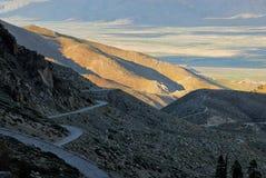 El valle de Owens desde arriba como el camino ventoso lleva hacia abajo Imagen de archivo libre de regalías