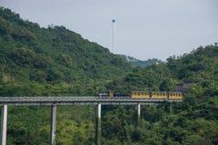 El valle del este de la corriente del té de OCT Shenzhen Meisha curvó la extensión de los bosques en el ferrocarril del tren de l Imágenes de archivo libres de regalías