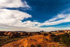 El valle del misterio en el parque tribal de Navajo del valle del monumento antes de la puesta del sol, Arizona foto de archivo libre de regalías