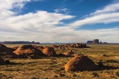 El valle del misterio en el parque tribal de Navajo del valle del monumento antes de la puesta del sol, Arizona imagen de archivo libre de regalías