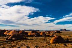 El valle del misterio en el parque tribal de Navajo del valle del monumento antes de la puesta del sol, Arizona imágenes de archivo libres de regalías