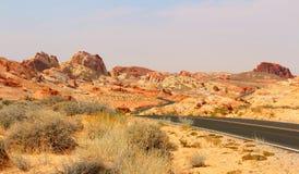 El valle del parque de estado del fuego ofrece chapiteles espectaculares de la rojo-piedra arenisca, arcos y otras formaciones de imagenes de archivo