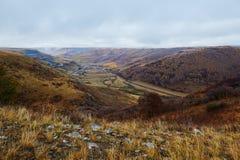 El valle en el prado de la caída nublado Fotos de archivo libres de regalías