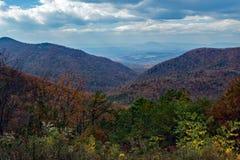 El valle irlandés de la cala pasa por alto - a Ridge Mountains azul de Virginia, los E.E.U.U. fotos de archivo