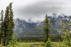 El valle por la montaña del azufre Imagen de archivo