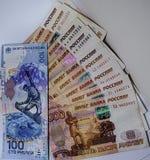 El valor nominal del billete de banco de 100 rublos de billete de banco en 5000 rublos Foto de archivo libre de regalías