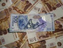 El valor nominal del billete de banco de 100 rublos de billete de banco en 5000 rublos Imagen de archivo