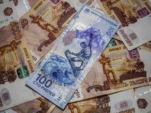 El valor nominal del billete de banco de 100 rublos de billete de banco en 5000 rublos Fotografía de archivo libre de regalías
