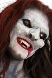 El vampiro femenino tiene gusto de la criatura Fotos de archivo