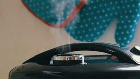 El vapor sale de la tapa del multicooker negro almacen de metraje de vídeo