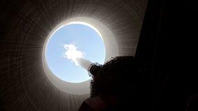 El vapor sube de torre de enfriamiento