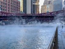 El vapor sube del río Chicago como temperaturas hunde en la congelación de la mañana de enero imagen de archivo