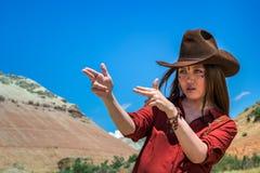 El vaquero de la muchacha se sostiene los fingeres como un arma Fotos de archivo libres de regalías