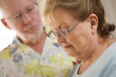 El varón adulto mayor consuela a la hembra adulta mayor triste Fotos de archivo libres de regalías