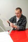 El varón adulto trabaja en estudio Imagen de archivo libre de regalías