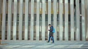 El varón da el tipo en el teléfono al aire libre en día frío almacen de metraje de vídeo