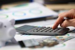 El varón empuja la calculadora manualmente de plata dominante es fotos de archivo libres de regalías