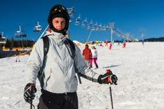 El varón en gafas del esquí-traje, del casco y del esquí está esquiando en un esquí-reso Fotos de archivo