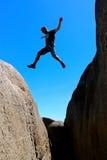 El varón esquelético de la bahía de Tasmania de la costa este salta de roca a la roca fotos de archivo