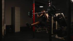 El varón inflado los deportes realiza una barbilla-para arriba que levanta sobre la barra horizontal Enchufe de potencia metrajes