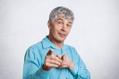 El varón maduro le elige, lo indica con los fingeres delanteros en la cámara y dice: Usted es el siguiente Elederly hombre cabell imágenes de archivo libres de regalías