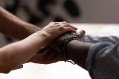 El varón y la hembra diversos apilaron sus manos juntas foto de archivo libre de regalías