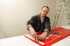 El varón adulto trabaja en un estudio publicitario Imágenes de archivo libres de regalías