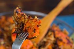 El vegetariano de la prueba coció la calabaza, verduras mezcladas, hierbas, queso Imagen de archivo libre de regalías