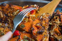 El vegetariano que intentaba coció la calabaza anaranjada, verduras, hierbas, queso Imagen de archivo