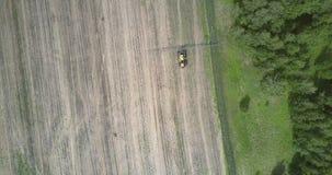El vehículo agrícola conduce en campo cosechado a lo largo del bosque metrajes