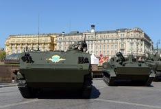 El vehículo blindado de transporte de personal aerotransportado multiusos BTR-MDM Rakushka y vehículo de lucha BMP-3 de la infant Fotos de archivo libres de regalías