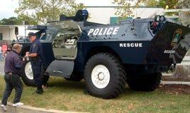 El vehículo blindado de transporte de personal de la zona verde de la policía de la ciudad imagen de archivo